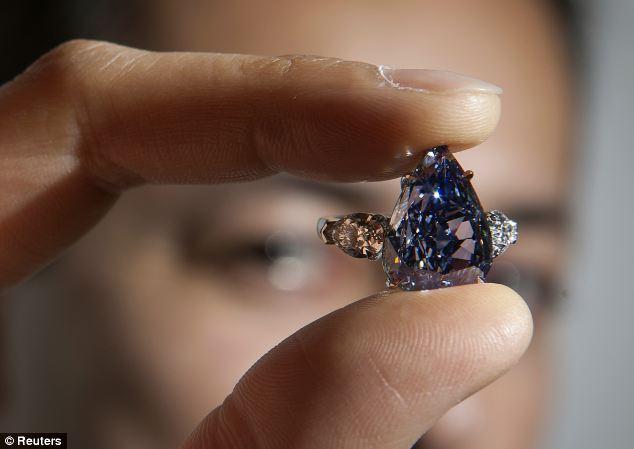 3 Rekordowy niebieski diament osadzony wtowarzystwie dwóch bezbarwnych diamentów wszlifie gruszki