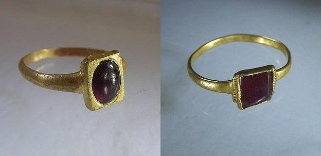 Ascetyczne wformie pierścionki zczasów średniowiecza, wykonane wzłocie iozdobione granatami, XIV w.