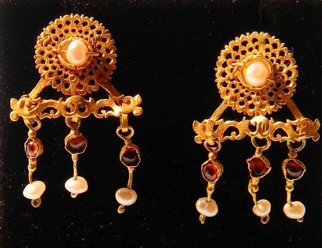 Wykonane wzłocie kolczyki zdobione perłami igranatami zczasów Starożytnego Rzymu zI-III w.n.e