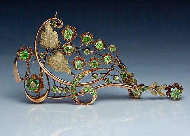 Złota secesyjna brosza zmotywem florystycznym ozdobiona granatami demantoidami icyzelunkiem, Moskwa, początek XX w.