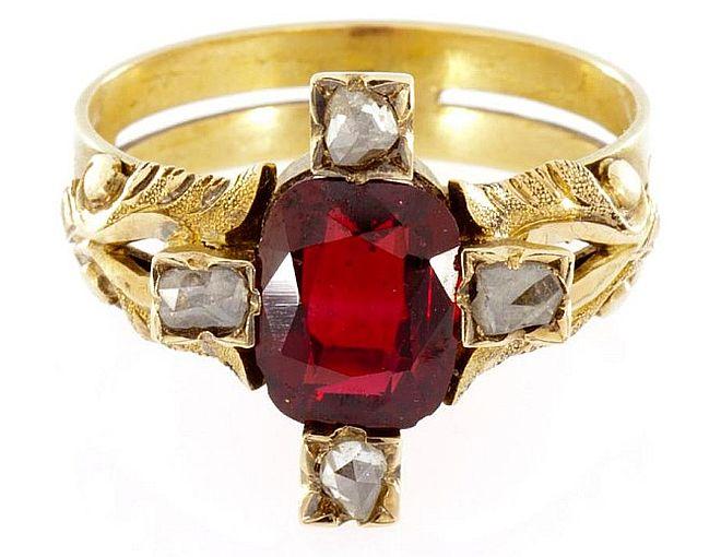 Złoty pierścionek zgranatem almandynem irozetami diamentowymi, Carska Rosja, pierwsza połowa XIX w., link doaukcji