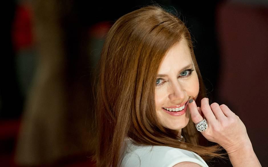 Amy Adams wnowoczesnej iminimalistycznej biżuterii Cartier.