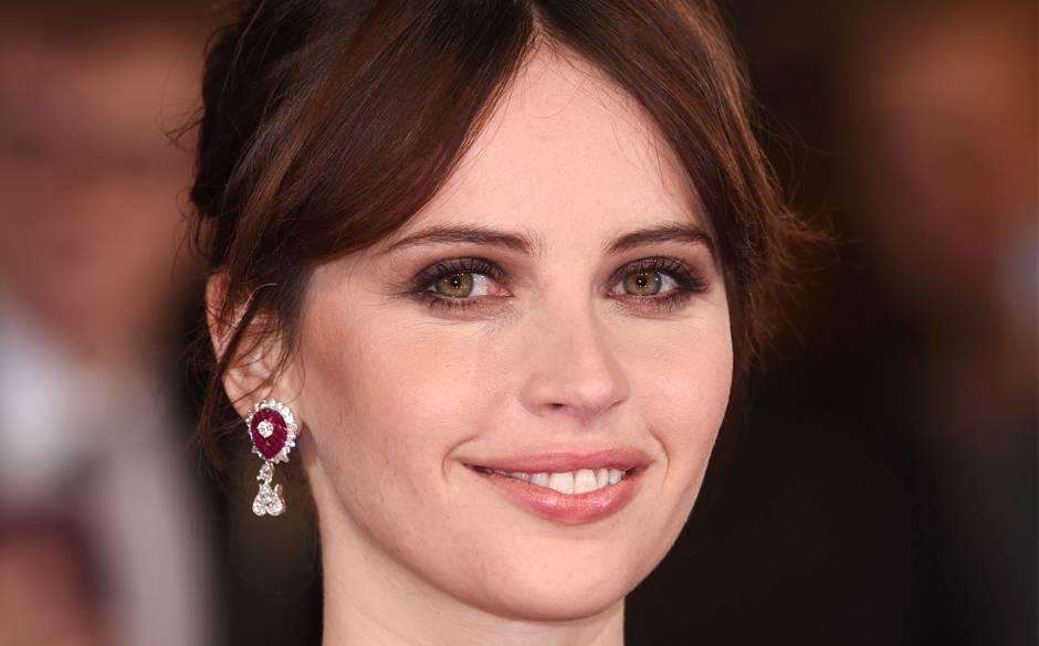 Piękna Felicity Jones wdiamentowo-rubinowych kolczykach Cadeau Impérial zkolekcji Bals de Légende High Jewelry, domu jubilerskiego Van Cleef & Arpels, świetnie podkreślających urodę brunetki
