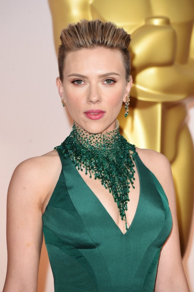 Scarlett Johansson wkołnierzowym chokerze zkryształków Swarovski, dokompletu zsuknią Versace. Kolczyki inausznica marki Piaget.