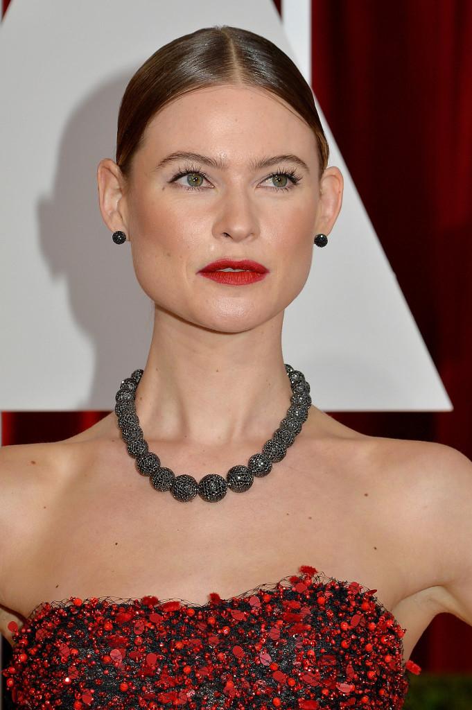W stroju Behati Prinsloo uwagę przyciągać ma tekstura, więcdelikatne kolczyki nasztyfcie iniekrzykliwy choker zczarnych diamentów, są idealnie dopasowane dosukni.