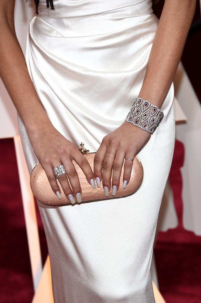 Zendaya ijej ażurowa, diamentowo - rubinowa bransoleta cuff, marki Chopard.