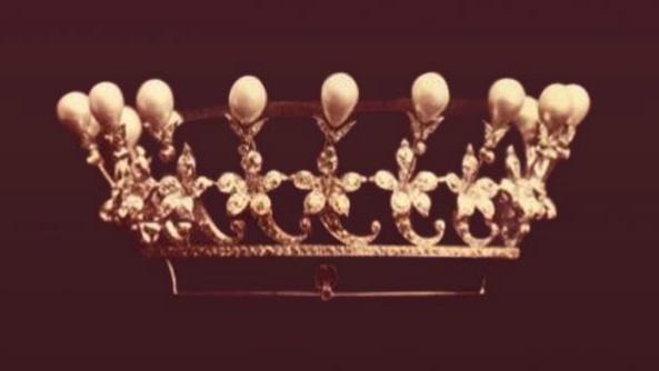 3 Tiara zdobiona perłami idiamentami - podarunek dla narzeczonej odcara Mikołaja II, wręczona wWindsorze w1894r.