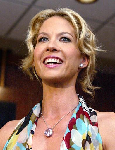10 Jenna Elfman ma nasobie Steinmetz Pink osadzony wwisiorze