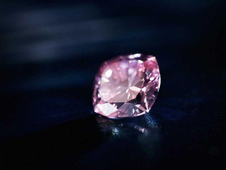 3   1,02-karatowy Fancy Intense Purplish wszlifie poduszki, jeden ztopowych diamentów Rio Tinto, wystawiony w2012 roku docorocznej licytacji najlepszych różowych diamentów