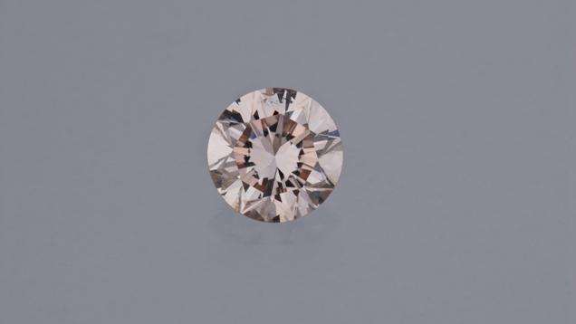 Bardzo jasny łososiowo-różowy diament