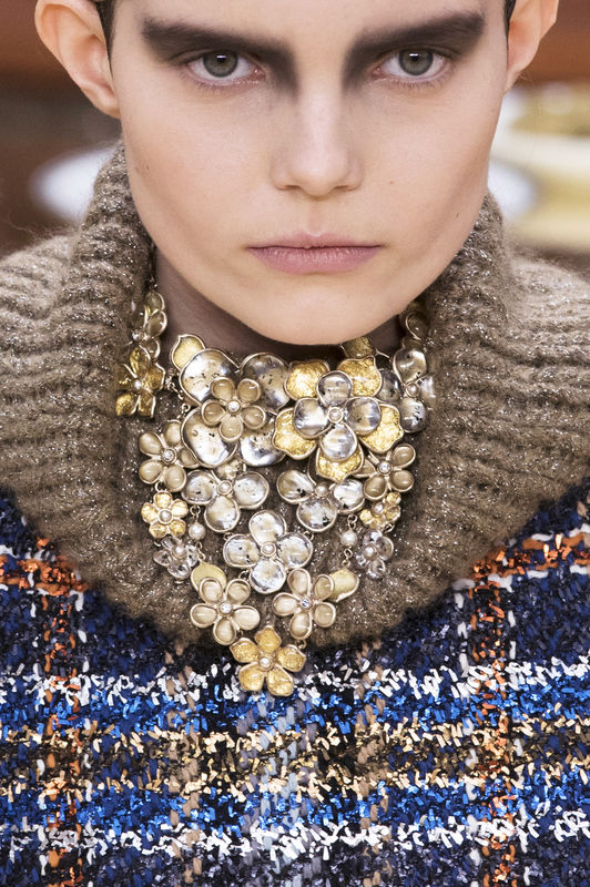 bizuteria-trendy-jesien-zima-2015-2016-chanel-fot-imaxtree3