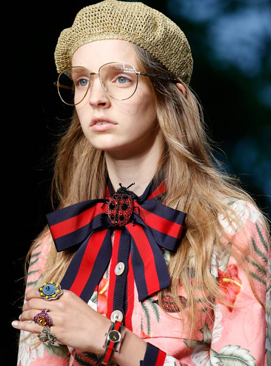 spring_summer_2016_trend_of_brooches_Gucci_on_the_scarf