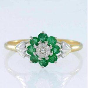 10861_1779-Pierscionek-kwiat-ze-szmaragdami-i-brylantem_3f9185cfc78d9a5be5630bc8f7f37866_auctionPageMedium