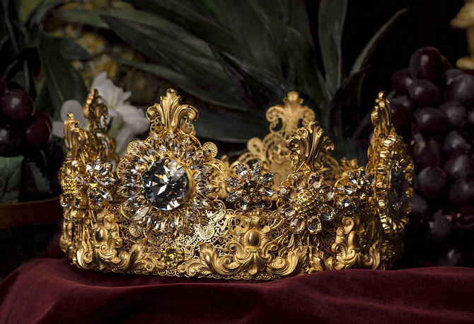 Dolce-Gabbana-Exclusive-Crown-2